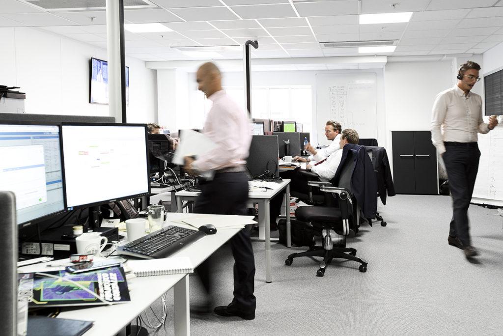 Kontor med mennesker i arbeid